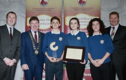 Cumann Óige Átha an Rí won the Best Contribution to the Irish Language Award ( non Gaeltacht) at the Galway County Council Cathaoirleach's Community Awards 2015 in the Claregalway Hotel on Thursday night. Cathaoirleach of the County of Galway Cllr. Peter Roche presents the award to Noah Dobell, Amy Nic an Chrosáin and Micheál Ó Gríofa with Sean Ó Mainnín (left) and Páidí Ó Lionaird ( TG4) .Photo:-Mike Shaughnessy / No Fee . Issued on behalf of Galway County Council