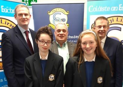 Sean Kyne (Aire Stáit, Fine Gael), Aengus Ó Snodaigh (T.D. Sinn Féin) agus Éamon Ó Cuív (T.D., Fianna Fáil) i gcuideachta Alíona agus Réitseal a stiuraigh an plé